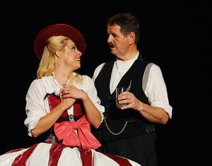 Annemarie Geiser (Carin Lavey) und Dällebach Kari - Foto: thunerSeespiele AG, Markus Grunder