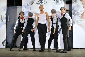 Christian Schöne vor der komplett gestellten Bühnenwand mit Tänzerinnen der Dance Factory Frankenthal Foto: Karin Wittke