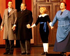 v.l.: Peter Trautwein, John Wiseman (Earl), Katrin Löbbert (Cedric), Sissy Staudinger (Mrs. Eroll) Foto: Birgit Bernds