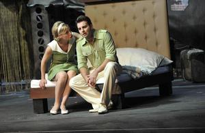 Ellen (Wietske van Tongeren) und Chris (Carsten Lepper) im Hotelzimmer - ein emotionaler Moment Foto: Helge Bauer