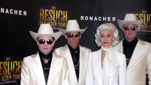 Claire Zachanassian (Pia Douwes) und ihre Bodyguards (v.l.): Peter Kratochvil, Dean Welterlen und Jeroen Phaff © Sonja Koch