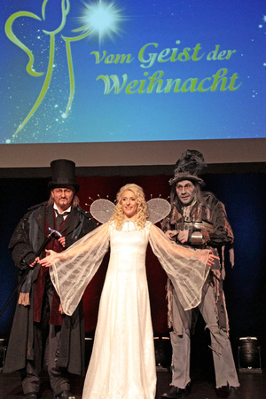 (v.l.): Scrooge (Kristian Vetter), Engel (Stefanie Hertel) und Marley (Peter Trautwein). Foto: Birgit Bernds
