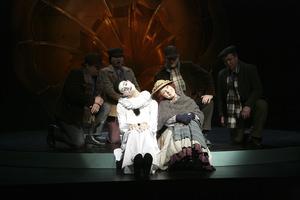 Friedemann Kriener (Pierrot) und Antje Kahn (Eliza) auf dem Teller des Grammophons. Foto: Martin Krok
