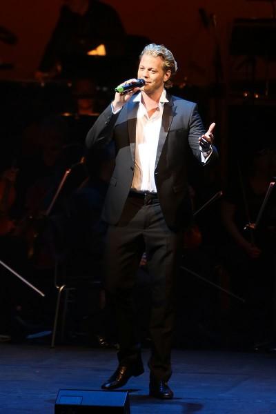 Mark Seibert mit dem Lied des Robin Blake, ›I'm Rover‹, aus »Lady Bess«, Foto: Rolf Bock