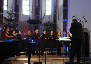 Wilma Harth (links) mit 'Junge Singfonie', Chordirektor Wolfgang Harth (vorne). Foto: Barbara Kern