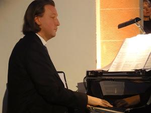 Stephan Kanyar am Flügel. Foto: Barbara Kern