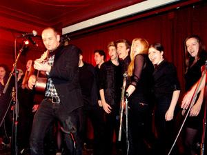 Drew Sarich und Chor der Stage Factory. Foto: Juliane Blume