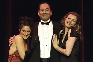 Strahlend - Ethan Freeman mit Anne Görner (l.) und Monika Julia Dehnert (r.) im Arm. Foto: Stephan Drewianka