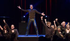 'Milch' - Ethan Freeman mit den engagierten Mitgliedern des Ruhr-Pottpourri Ensembles. Foto: Stephan Drewianka