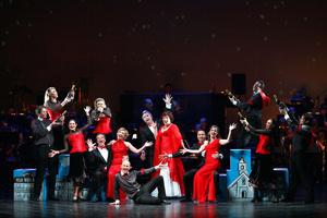 'Amerikanisches Weihnachtsmedley' mit Dennis Kozeluh, Wietske van Tongeren, Uwe Kröger, Carin Filipčić, Caroline Vasicek und Rasmus Borkowski und Musical Christmas-Ensemble. Foto: Rolf Bock