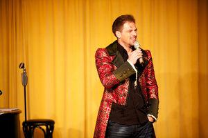 Patrick Stanke im stilechten Mozartmantel. Foto: Jörg Singer