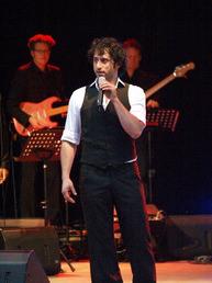 Serkan Kaya, amüsanter Conférencier und gefühlvoller Sänger. Foto: