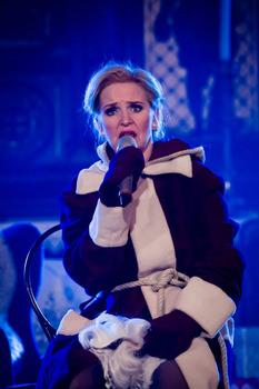 """Cornelia Drese als """"Misses Santa Claus"""". Foto: Daniel Veder"""