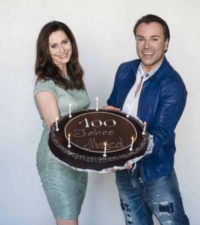 Pia Douwes und Uwe Kröger mit Motto-Torte. Foto: Sabine Hauswirth