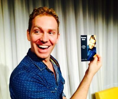 Thomas Klotz mit dem Flyer zu seinem Soloprogramm. Foto: Thomas Winter