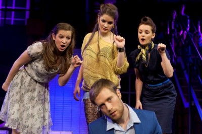 Du treibst einen glatt zum Wahnsinn Kathy (Annakatrin Naderer), Martha (Elisabeth Köstner) und April (Céline Vogt ) lassen kein gutes Haar an Robert (Jan Schwartzkopff). Foto: Stage Entertainment