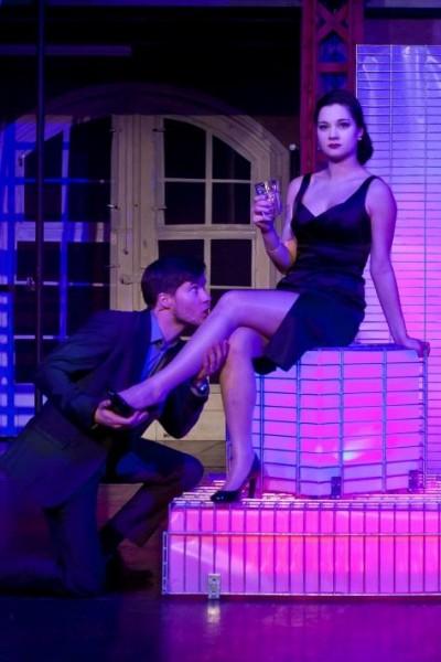 Larry (Robin Koger) vergöttert seinen männermordenden Vamp Joanne (Madeleine Lauw). Foto: Stage Entertainment