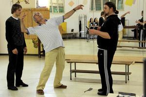 Marc Urquhart (in der Mitte), demonstriert, wie Sheherazade/Mardschana (nicht auf dem Bild) Sultan Shahriyar (Alexander Brugnara - rechts) beim Tanz mit dem Messer ersticht und damit sich und Ali Baba (Friedrich Rau - links) rettet.Foto: Claudia Bison