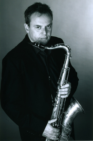 Der Musiker und sein Instrument. Foto: Uwe Stratmann