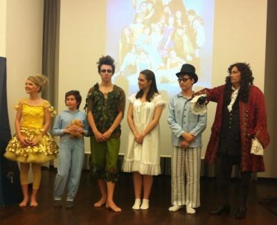 v.l.n.r.: Tinker Bell (Nina Hafner), Michael (Leonie Beetz), Peter Pan (Rico Salathe), Wendy (Anna Zagler), John Darling (Moritz Mausser), Captain Hook (Peter Faerber); Foto: Kora Wielosinski