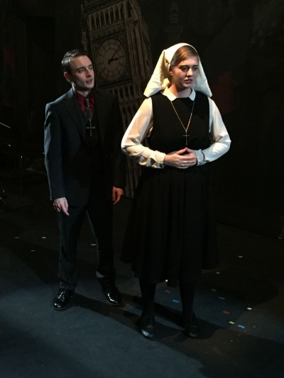 Simon di Angelo (Charlie Merriman) macht Isobel (Ellie Nunn) ein unmoralisches Angebot.Foto: Dee Shulman