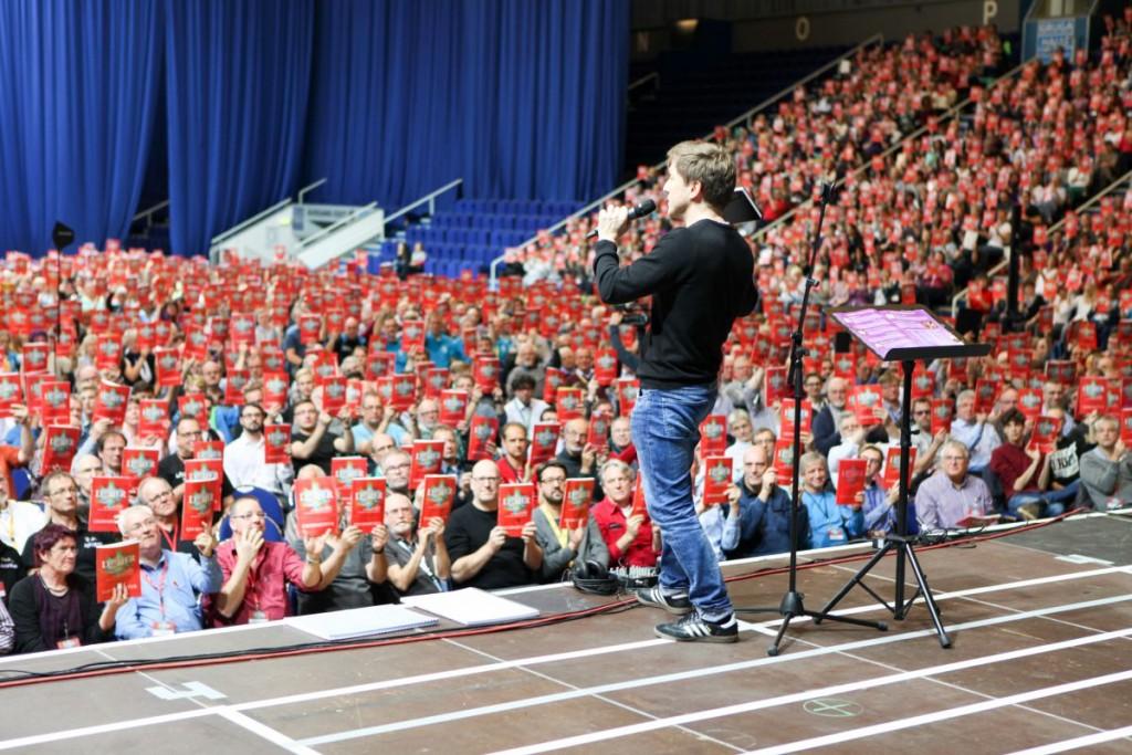 Zusammentreffen der Chorsänger und des Regisseurs in der Grugahalle in Essen.Foto: Thomas Brand