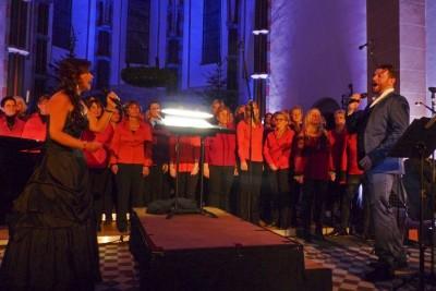 Wilma Harth & Christian Alexander Müller mit den über 80 Chormitgliedern. Foto: B.Kern