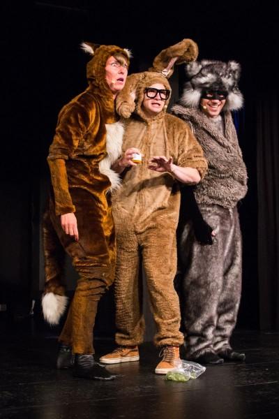 Hase Sechser (Christian Näthe, Mitte) , Waschbär Wash (Lars Kemter, r.) und Füchsin Faye (Emma Rönnebeck, l.) sind schockiert Foto: Juliane Blume