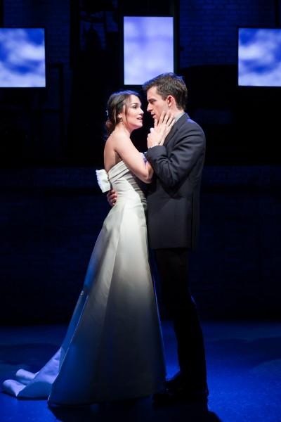 ›The Next Ten Minutes‹ fasst die Heirat von Cathy (Samantha Barks) Jamie (Jonathan Bailey) zusammenFoto: Scott Rylander