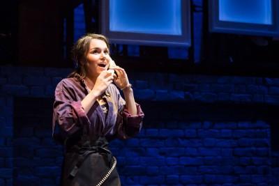 Cathy (Samantha Barks) ruft ihren Agenten an, um nach Schauspielengagements zu fragenFoto: Scott Rylander