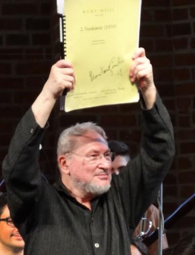 Der Dirigent HK Gruber mit den Noten zu Kurt Weills 2. Sinfonie nach der Vorstellung desselben. Foto: Sabine Schereck