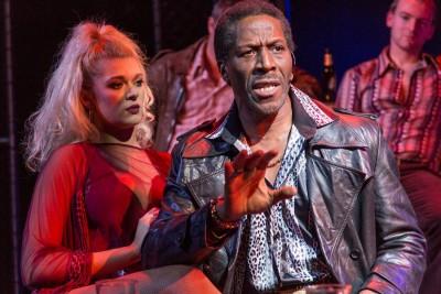 Der Zuhälter Memphis (Cornell S John) mit einer seiner Frauen, April (Charlotte Reavey). Er singt ›Don't Take Much‹Foto: Conrad Blakemore