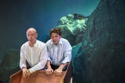 Passepartourt ( Jason Cox) mit Phileas Fogg (Robert Maszl) auf Illusions-ReiseFoto: Ingo Höhn