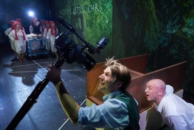 Kamera und Licht - Illusion und Realität verschwimmen (vorne: Robert Maszl als Phileas Fogg und Jason Cox als Passepartout)Foto: Ingo Höhn