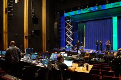 Blick von der Technik auf die Bühne mit Einbau der Szenenwände 1/2Foto: Ingrid Kernbach
