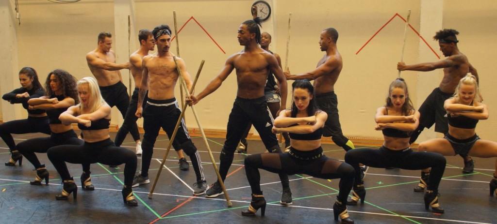 Tanzszene ›Queen of the Night‹ mit Aisata Blackman (hinten) und ihren Rachels TänzernFoto: Ingrid Kernbach