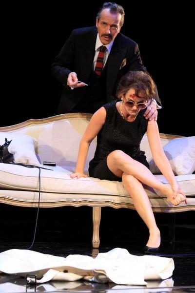 Pianist Anthony (Christoph Schobesberger) versucht, Judy Garland (Katharine Mehrling) zu helfenFoto: DERDEHMEL/Urbschat