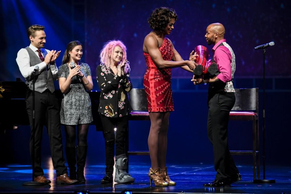Übergabe der »Kinky Boots« durch J. Harrison Ghee an Gino EmnesFoto: Stage Entertainment/Morris Mac Matzen