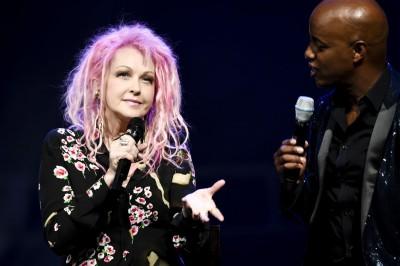 Cyndi Lauper erzählt Moderator Yared DibabaFoto: Stage Entertainment/Morris Mac Matzen