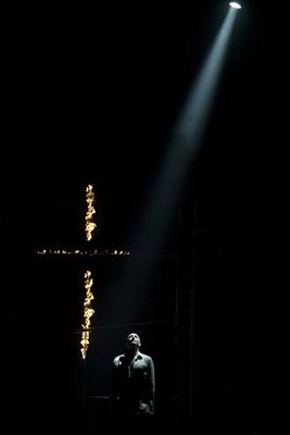 Drew Sarich als Jesus neben dem brennenden Kreuz VBW / Isabell Schatz