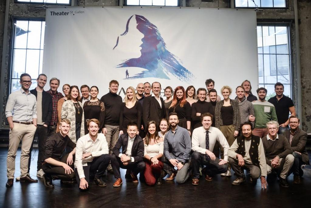 Kreativteam und Ensemble von »Matterhorn«. Foto: Tine Edel