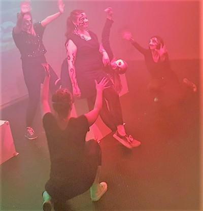 Die Hexen versammeln sich um ihre Anführerin Hekate (Isabelle Müller, Mitte)Foto: Stage Hogs