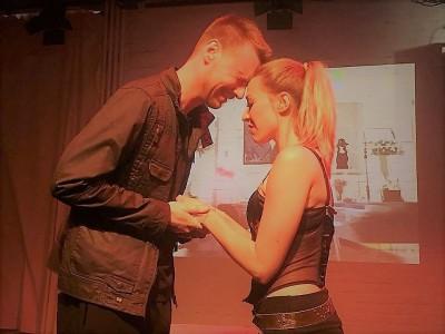 Macbeth (Sascha Berens) und Lady Macbeth (Lorena Krüger) bereuen ihre Bluttat an König DuncanFoto: Stage Hogs