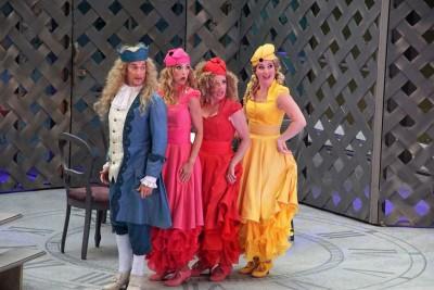 Der König (Guido Maria Kober) tanzt mit seinen Töchtern Jasmina (Annabelle Mierzwa), Juditha (Inga Jamry) und Jolanda (Katharina Martin)Foto: Christian Spielmann