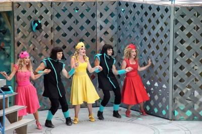 Jasmina (Annabelle Mierzwa), Jolanda (Katharina Martin) und Juditha (Inga Jamry) tanzen mit den Rittern (v.l., Denys Magda und Karim Afoun)Foto: Christian Spielmann