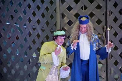 Prinz Eugène de la Fricadelle (Bruno Grassini) stellt sich König Walter (Guido Maria Kober) vorFoto: Christian Spielmann