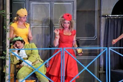 Jolanda (Katharina Martin) diskutiert mit Juditha (Inga Jamry), die dem Prinzen Eugène (Bruno Grassini) das 'Fluidum Maggi-Cum' in sein Glas geschüttet hatFoto: Christian Spielmann