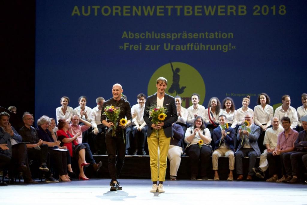 Der Publikumspreis für Sebastian Brandmeir und Florian Stanek mit ihrem Stück »Die fürchterlichen Fünf«Foto: Christian POGO Zach