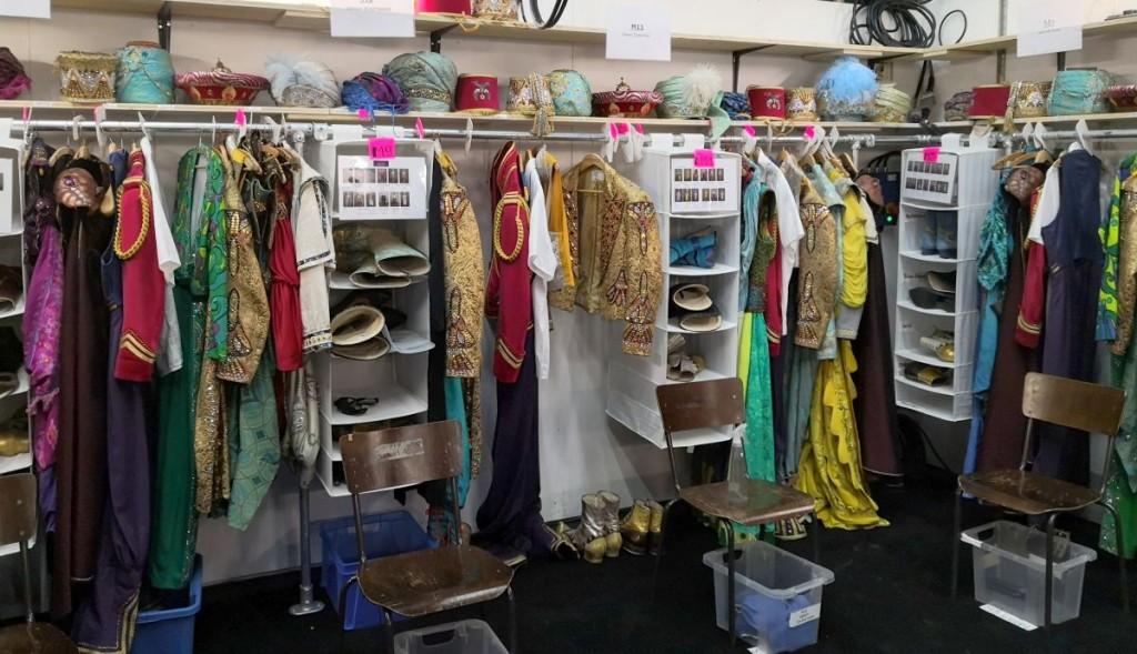 Kostümstation - Kopfbedeckungen, Gewänder, Schuhe - alles liegt bereit für ihre TrägerFoto: Ingrid Kernbach