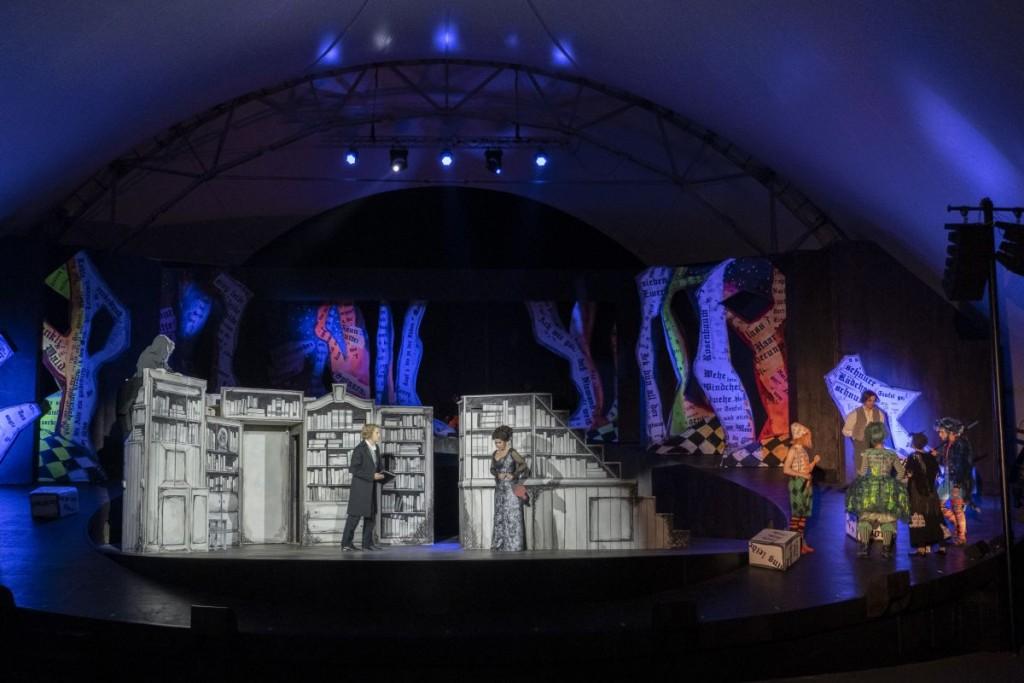 Bühnenbild von Tobias Schunck mit EnsembleFoto: Hendrik Nix /